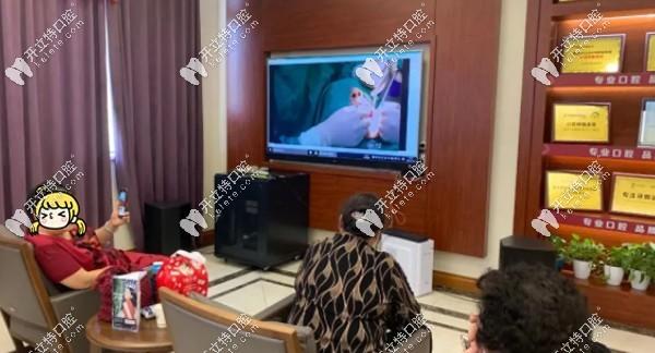亲友们在大厅观看孙老种植牙直播