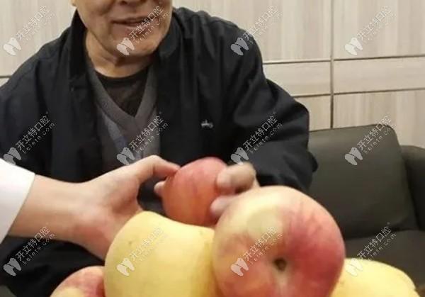 分享爷爷全口种植牙经历:从无牙到全口好牙当场啃苹果